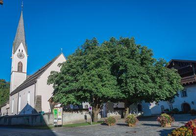 Kirche in Kolsass im Sommer