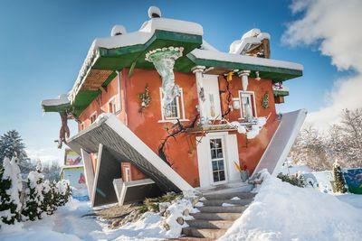 Haus steht Kopf im Winter