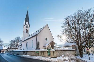 Kirche in Kolsass im Winter